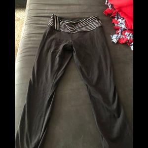 Black full length LuLulemon yoga leggings